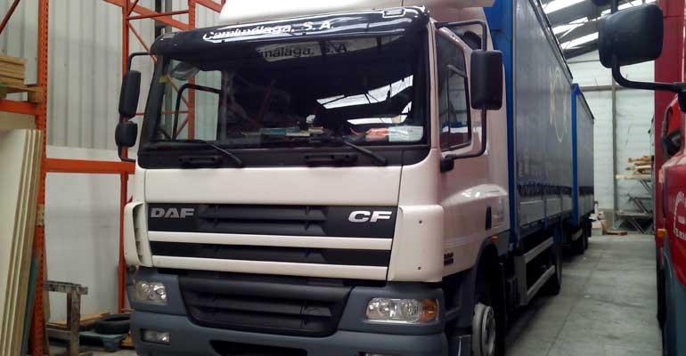 Camión 8000kg de carga útil, 7 metros de caja, trampilla elevadora