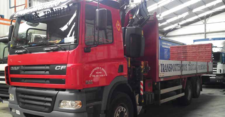 Camión pluma,10000kg de carga útil, 7,5 metros de caja,rampa para vehículos