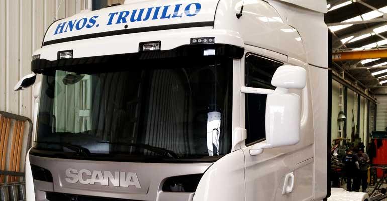 Trailer 24000kg de carga útil, 13,60metros de caja, trampilla elevadora
